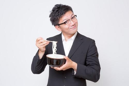 うどんを食べる人
